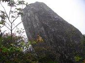 100709石楠花尾根の象徴「傾き岩」.jpg