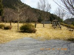 32記念碑南の公園.jpg
